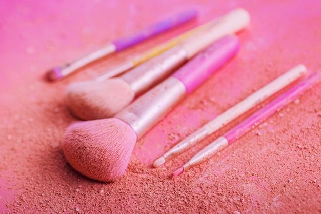 Make-up pinsel mit puder auf rosa