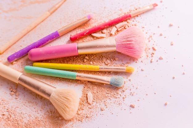 Make-up pinsel mit puder auf weiß