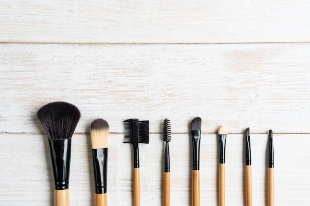 Make-up pinsel set pinsel sammlung auf weißem holztisch, draufsicht, kopienraum