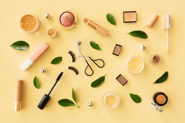 Make-up-produkte auf dem schreibtisch