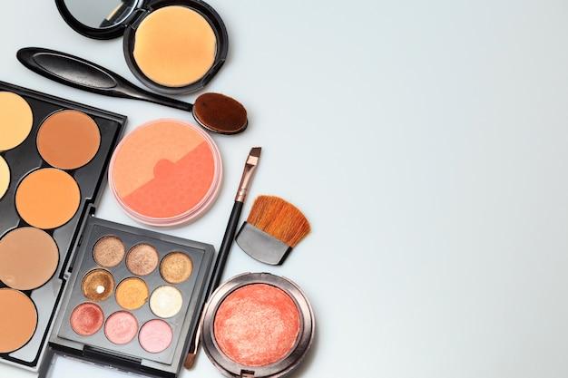 Make-up-produkte auf weißem hintergrund