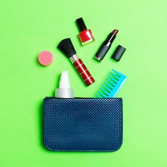 Make-up-produkte aus kosmetiktasche verschütten