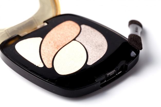 Make-up puder und pinsel isoliert auf weiß