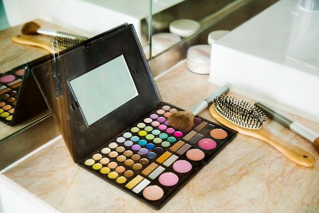 Make-up-set und kamm auf dem tisch