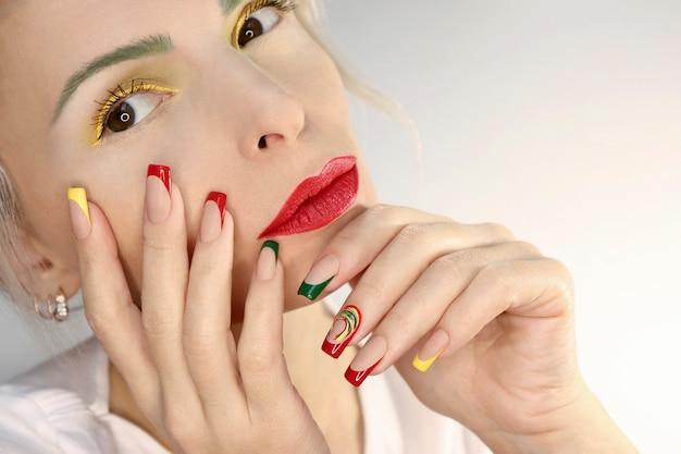 Make-up und french manicure mit roter gelbgrüner farbe