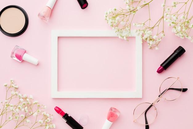 Make-up und gläser mit leerem rahmen
