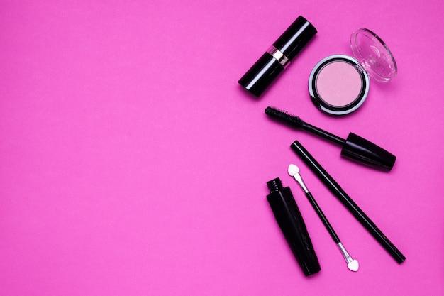 Make-up-werkzeuge auf einem lila hintergrund.