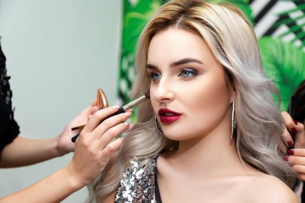 Make-up zu einem schönen mädchen
