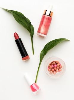 Make-up-zubehör von oben auf dem tisch