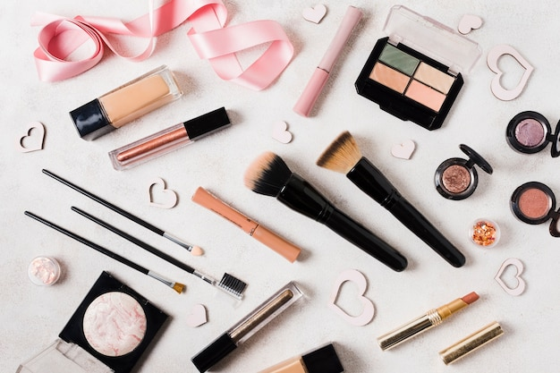 Make-upeinzelteile auf hellem schreibtisch
