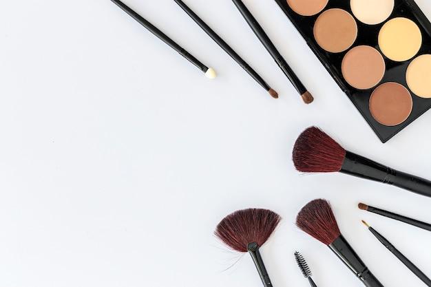 Make-upkosmetik auf weißem holz