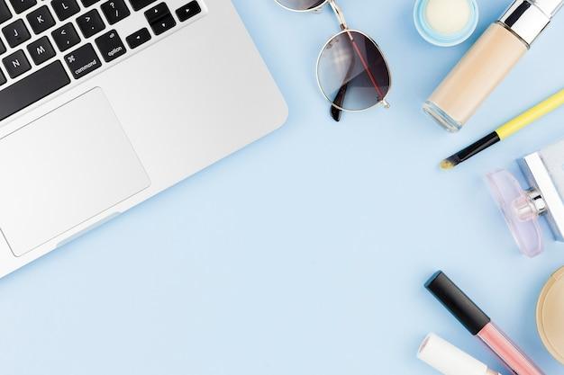 Make-upprodukte und laptop, die kreisrahmen herstellen