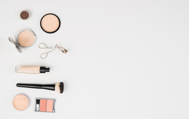 Make-upschönheitszubehör auf weißem hintergrund