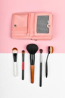 Makeup bürsten. und brieftasche. flach liegen. visage und geldkonzept. professionelle make-up pinsel