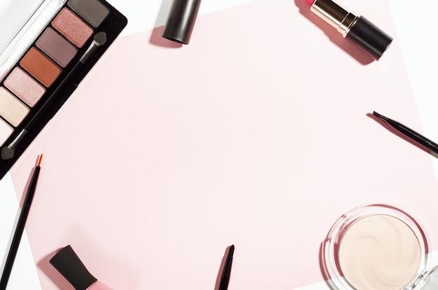 Makeup dekorative kosmetik draufsicht auf rosa hintergrund.