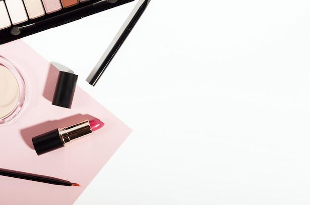 Makeup kosmetik draufsicht auf rosa trendigen hintergrund.