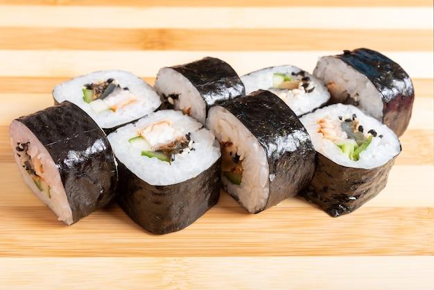 Maki mit krabben, avocado und muscheln. auf der planke. für jeden zweck.