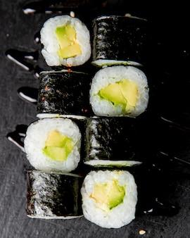 Maki roll mit avocado serviert mit sauce