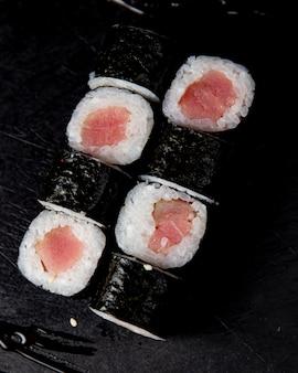 Maki roll mit sauce serviert