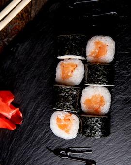 Maki roll serviert mit ingwer und sauce