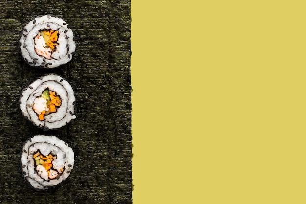 Maki-sushi auf nori mit kopienraum