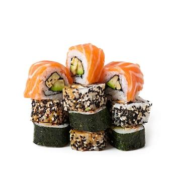 Maki sushi isoliert auf weiss