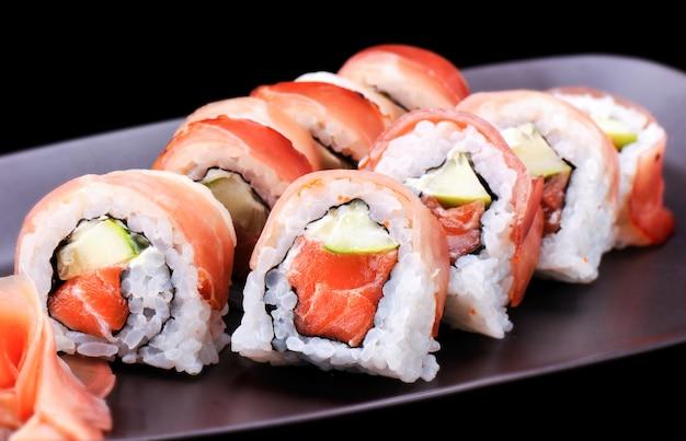 Maki-sushi-rolle mit parmaschinken