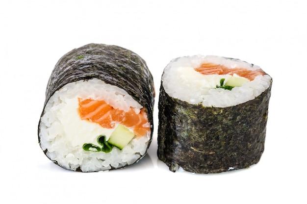 Maki sushi, zwei rollen getrennt auf weiß