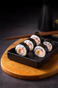 Maki-sushirollen mit essstäbchen
