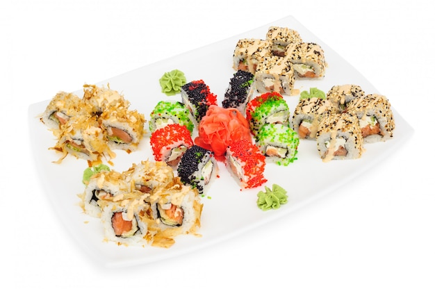 Maki-sushisatz rollen lokalisiert auf weiß