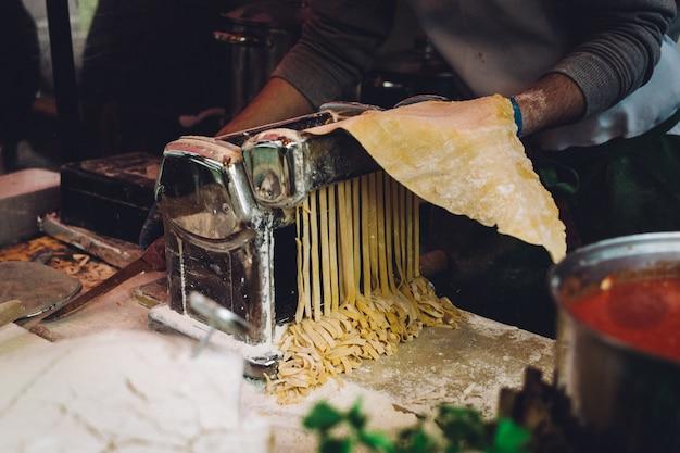 Making frische hausgemachte pasta