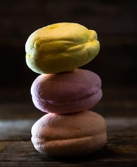 Makkaroni-cupcakes stapelten sich in einer pyramide auf einem holztisch.