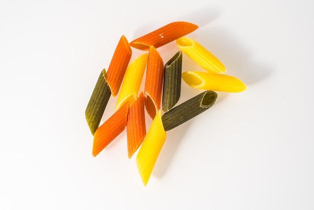 Makkaroni drei farben mit organischen vollkornnudeln