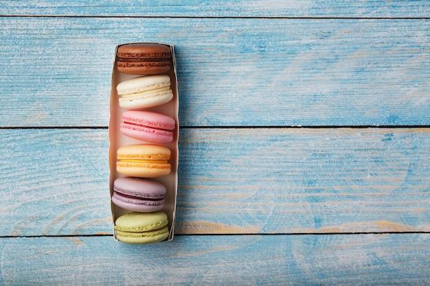 Makkaroni-kekse in verschiedenen farben in einer schachtel.