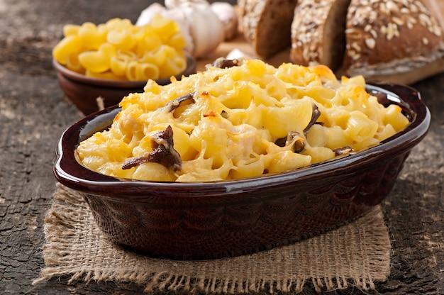 Makkaroni mit käse, huhn und pilzen im ofen gebacken