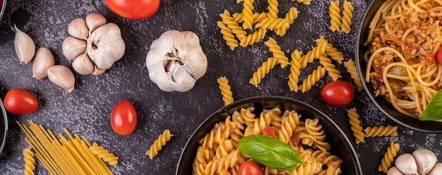 Makkaroni mit tomaten und basilikum in der pfanne anbraten