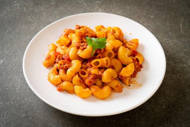 Makkaroni mit tomatensauce und schweinehackfleisch, american chop suey, american gulasch