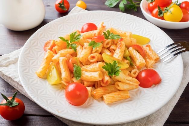 Makkaroni, nudeln in tomatensauce und käse in einem teller