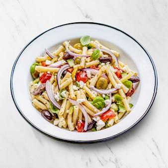 Makkaroni-nudelsalat mit feta und oliven, gesundes griechisches sommergericht
