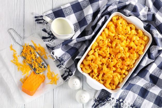 Makkaroni und käse in auflaufform