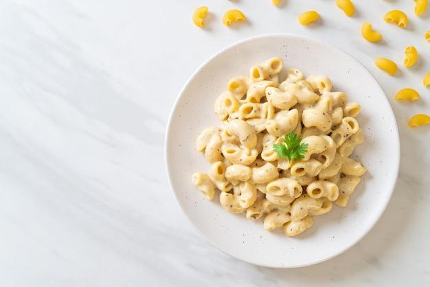 Makkaroni und käse mit kräutern in schüssel
