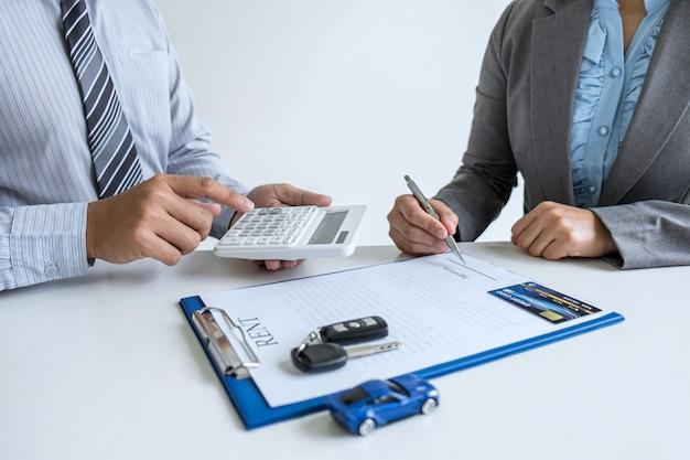 Makler agent manager hält mietvertragsformular an kundin für die entscheidung unterzeichnung der vereinbarung, miete unter berücksichtigung fahrzeug kfz-versicherung