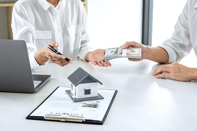 Makler präsentiert und konsultiert den kunden detailliert, um die entscheidung für ein wohnungsbaudarlehen zu treffen