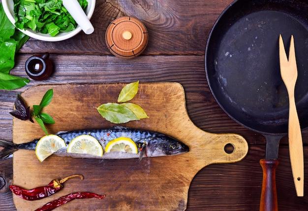 Makrele auf hölzernem küchenbrett
