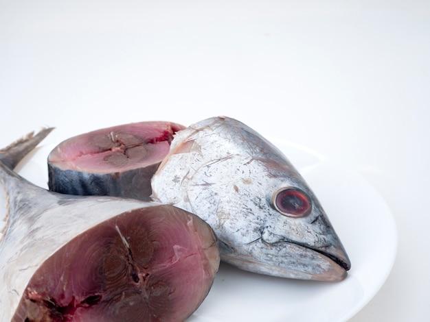 Makrelen-fische (saba-fische) auf weißem hintergrund