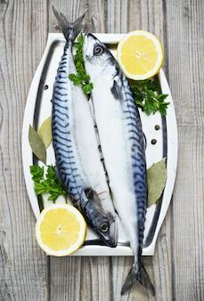 Makrelen frisch serviert auf silberner platte mit zitrone