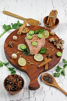 Makrelenfischfilet und zutaten für kochgewürze