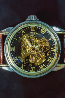 Makro-aufzugsuhrskelett-armbanduhr mit schwarzem zifferblatt-makrofoto