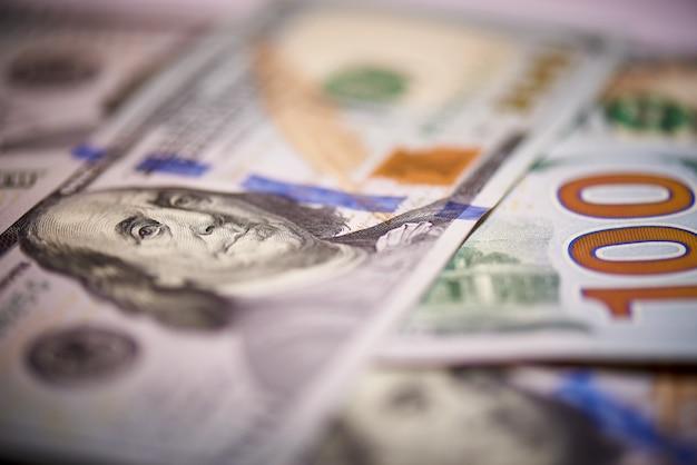 Makro des amerikanischen papiergeldes im wert von hundert dollar, die neue amerikanische rechnung.