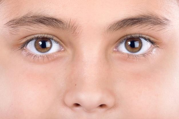 Makro des schönen blicks mit braunen augen